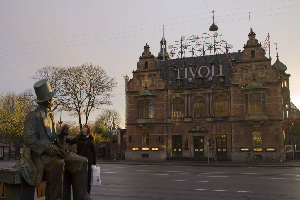 Cori mit Hans Christian Andersen Statue vor Tivoli
