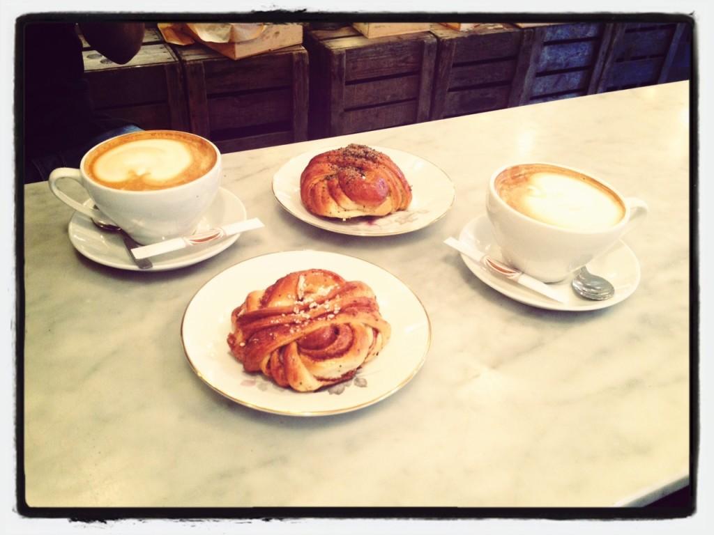 Cappuccino und Kanelbulle bei Albert & Jack's