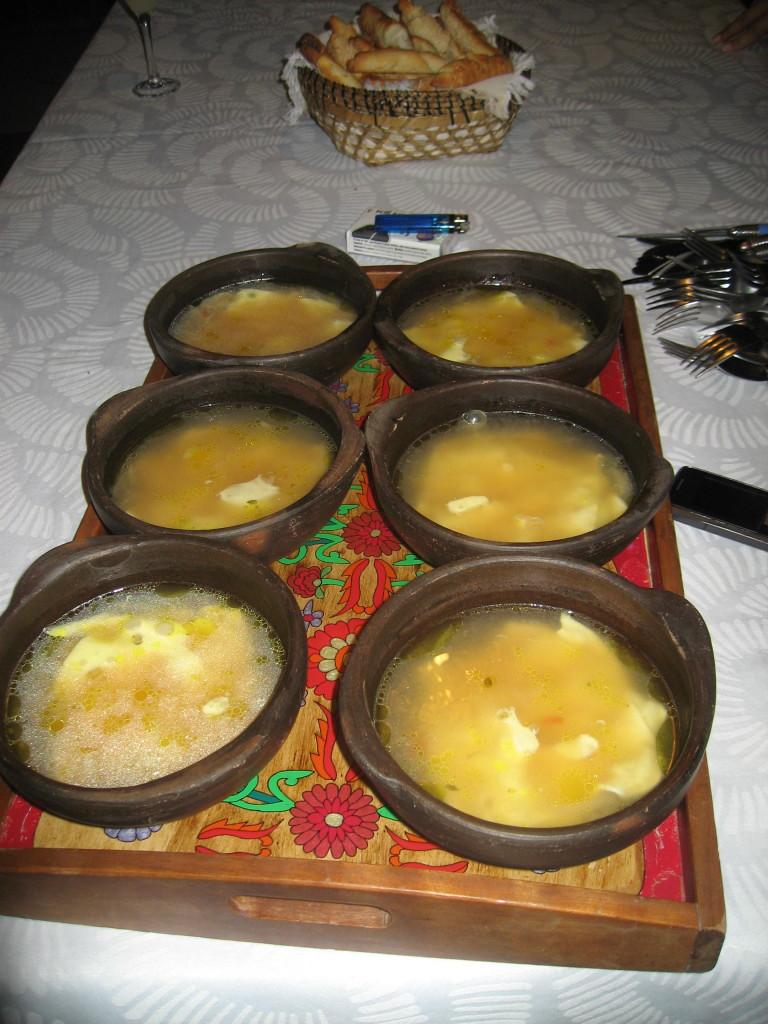 Eine Art Käsesuppe in Tonschüsseln bei meiner Gastfamilie in Santiago