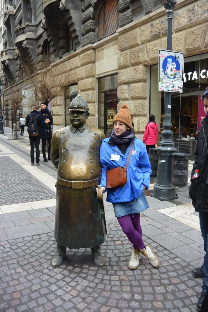 Unser Walking Tour Guide Gerda mit einer Polizisten-Statue. Das Streicheln des Bauches bringt angeblich gutes Essen, daher glänzt er auch so schön :)