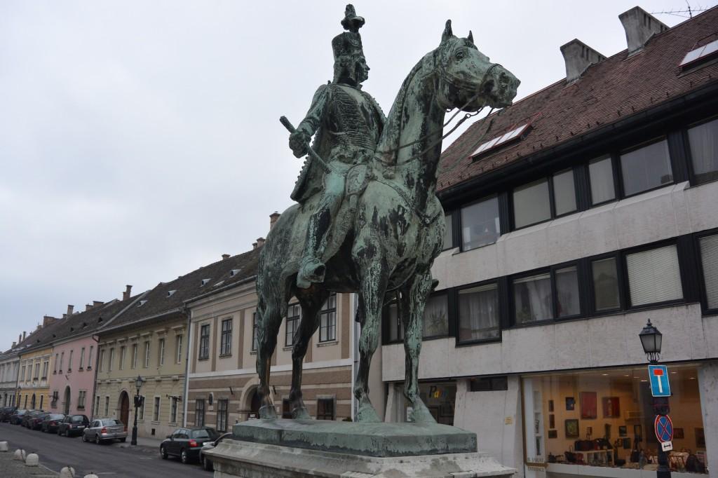 Mattgrüne Reiterstatue von András Hadik. Von unserem Guide erfuhren wir, dass nur die Hoden des Pferdes wie frisch poliert glänzen, weil Studenten sie befummeln, um Erfolg bei Prüfungen zu haben ;)