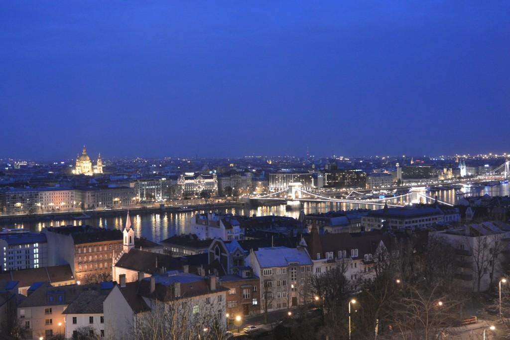 Auch die Kettenbrücke und die Szent István Bazilika sind in der Nacht gut beleuchtet und zu sehen