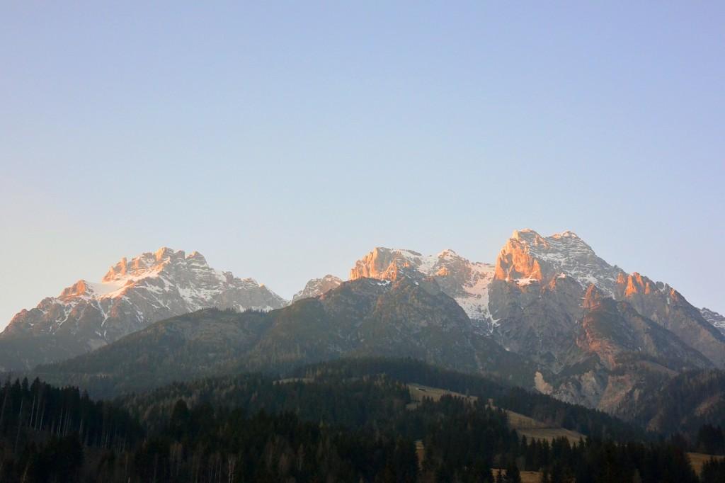 Blick vom Seminarraum auf die Leoganger Steinberge in der Abendsonne