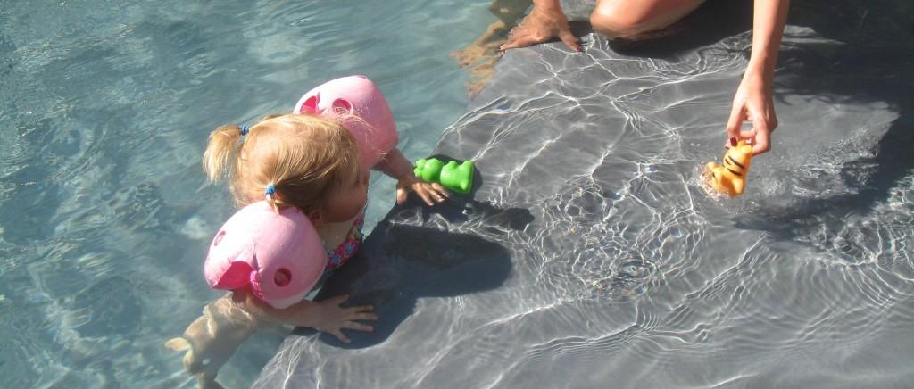 Mein blonder (B)Engel im Pool
