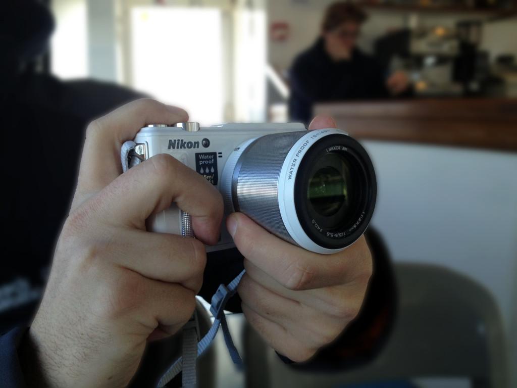Die Nikon 1 AW1 liegt gut in der Hand ...