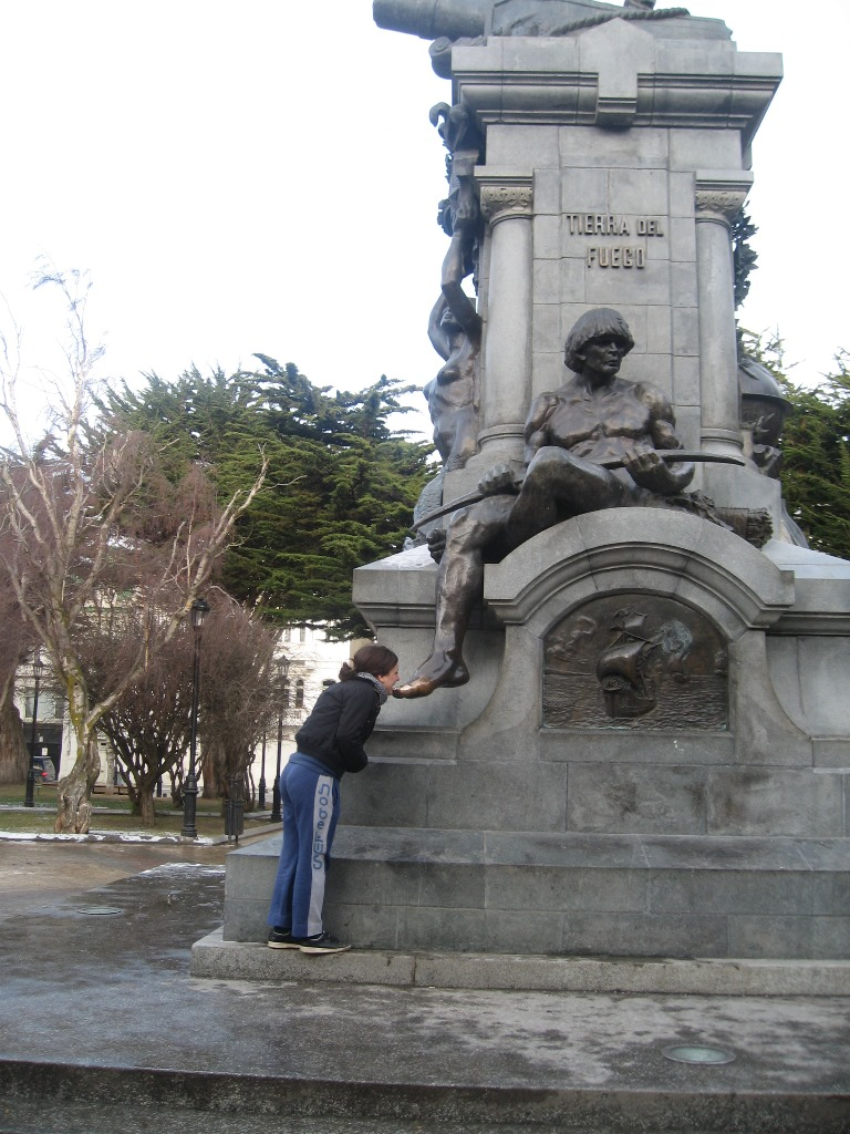 """Wenn man den Fuß des """"indios"""" küsst, kehrt man wieder nach Punta Arenas zurück!"""