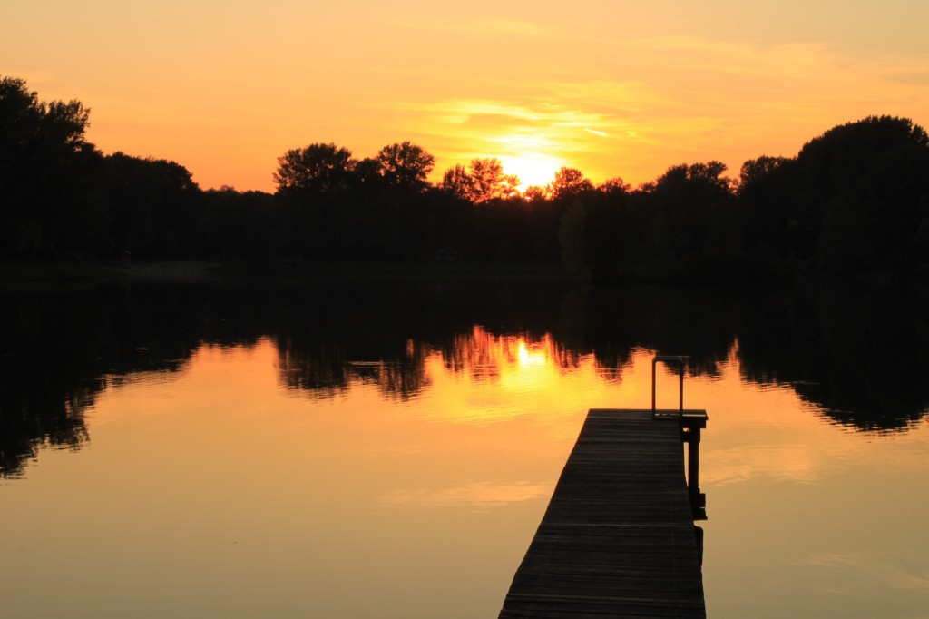 Sonnenuntergang vor dem Steg im Tullner Aubad