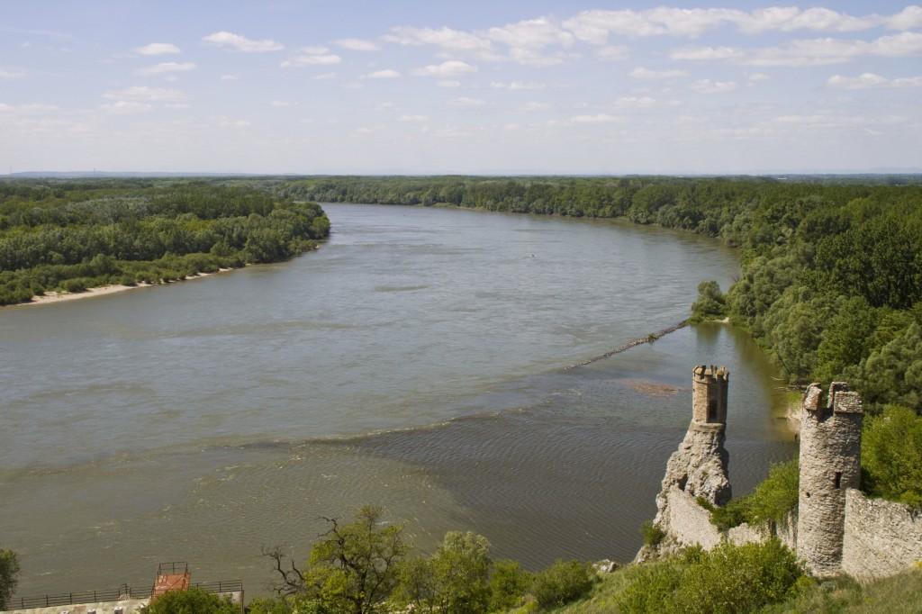 """Der """"Jungfrauenturm"""" der einstigen Burg am Zusammenfluss von Donau und March"""