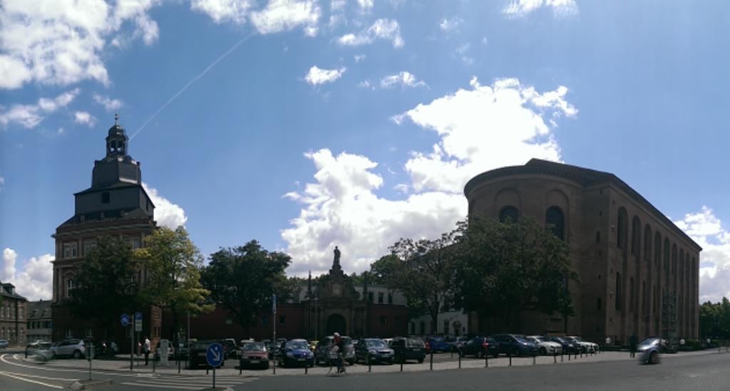 Rechts: roter Turm, links: Konstantin-Basilika