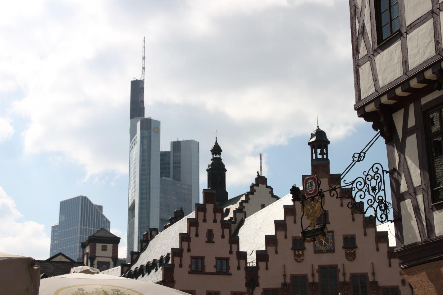 Römer im Vordergrund, Commerzbank im Hintergrund