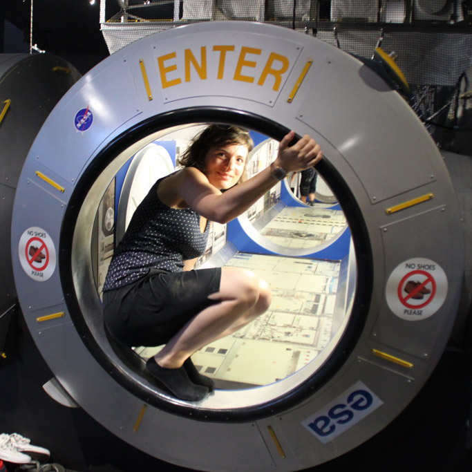 Cori testet aus, wie es sich an Bord der ISS anfühlen muss ...