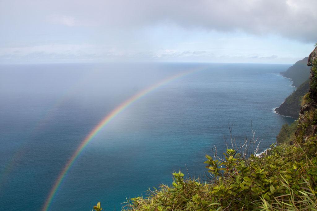 Keine Fatamorgana: Dieser doppelte Regenbogen ist nur kurz zu sehen, nachdem sich Sonne und Regen an diesem Tag schon laufend abwechselten.
