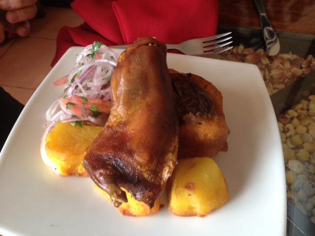 Cuy bzw. Meerschweinchen ist ein peruanische Spezialität. Hier (meiner Tischnachbarin) serviert in Cusco.