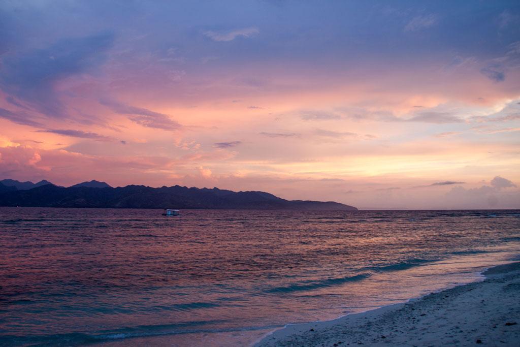 Herrliche Sonnenuntergänge am Strand werden dir von zahlreichen Resorts geboten. Etwas günstiger wird es ein paar Straßen weiter im Inselinneren.