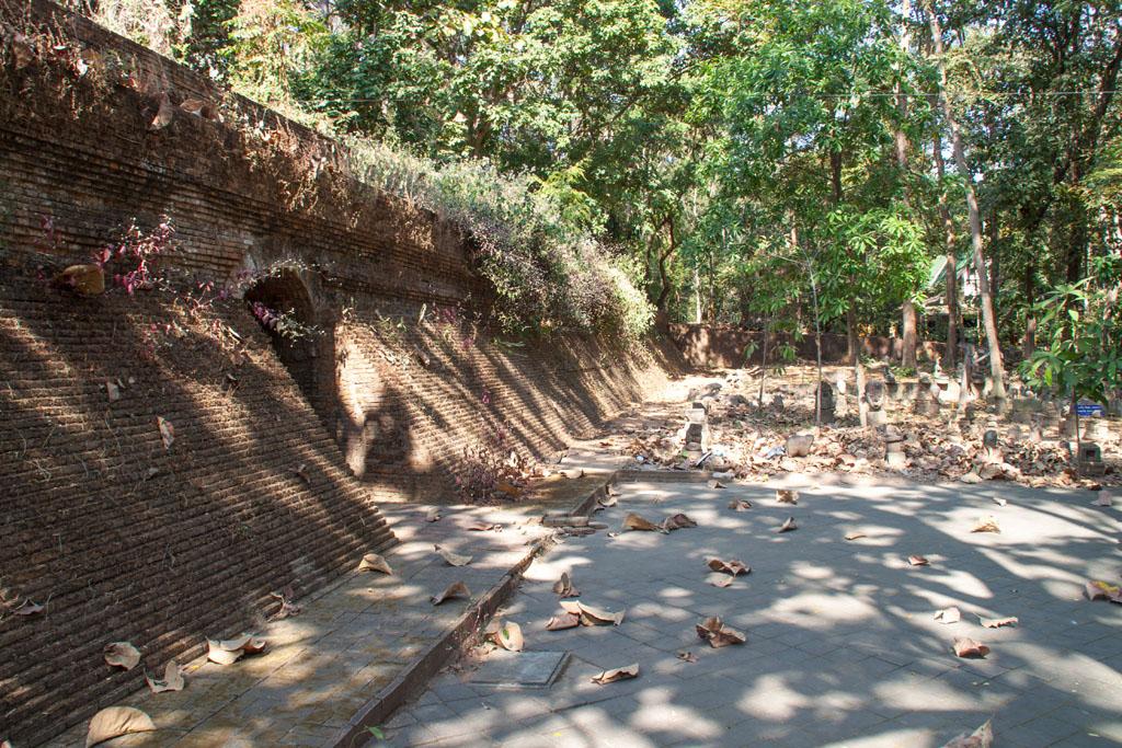 Eingang zum unterirdischen Tempel Wat Umong