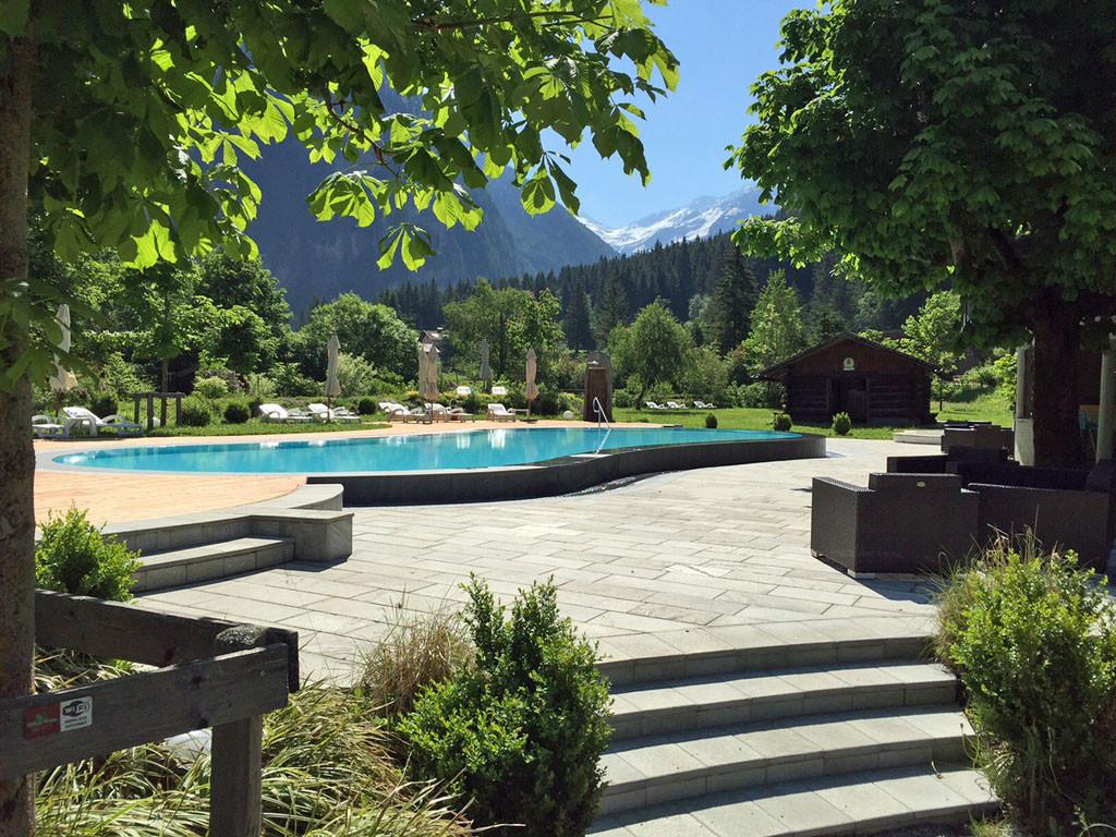 Outdoor-Pool im Hoteldorf Grüner Baum