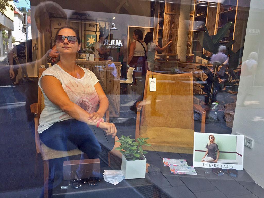 Auch Maria von kofferpacken.at posiert im Schaufenster.