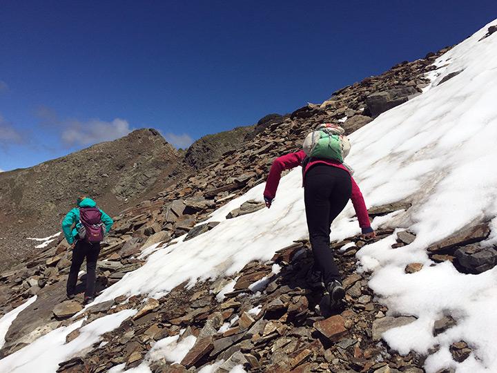 Beim Überqueren kleinerer Schneefelder