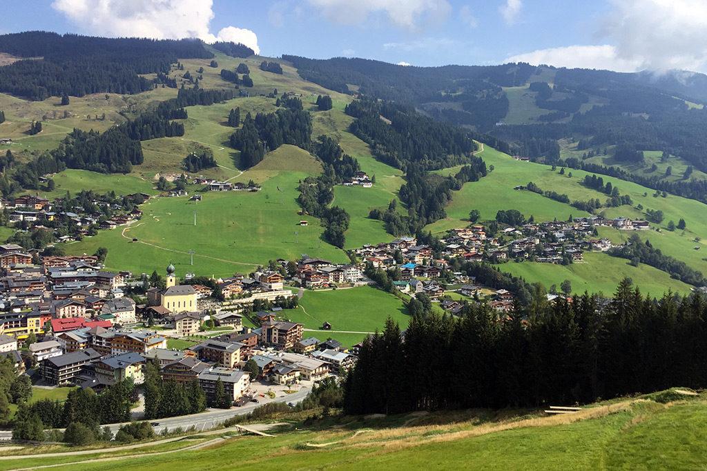 Saalbach und Kohlmaiskopf von der Seilbahn zum Schattberg aus gesehen