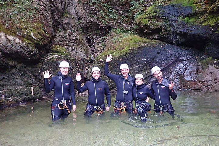 Unsere Canyoning-Gruppe vor dem Grmečica-Wasserfall