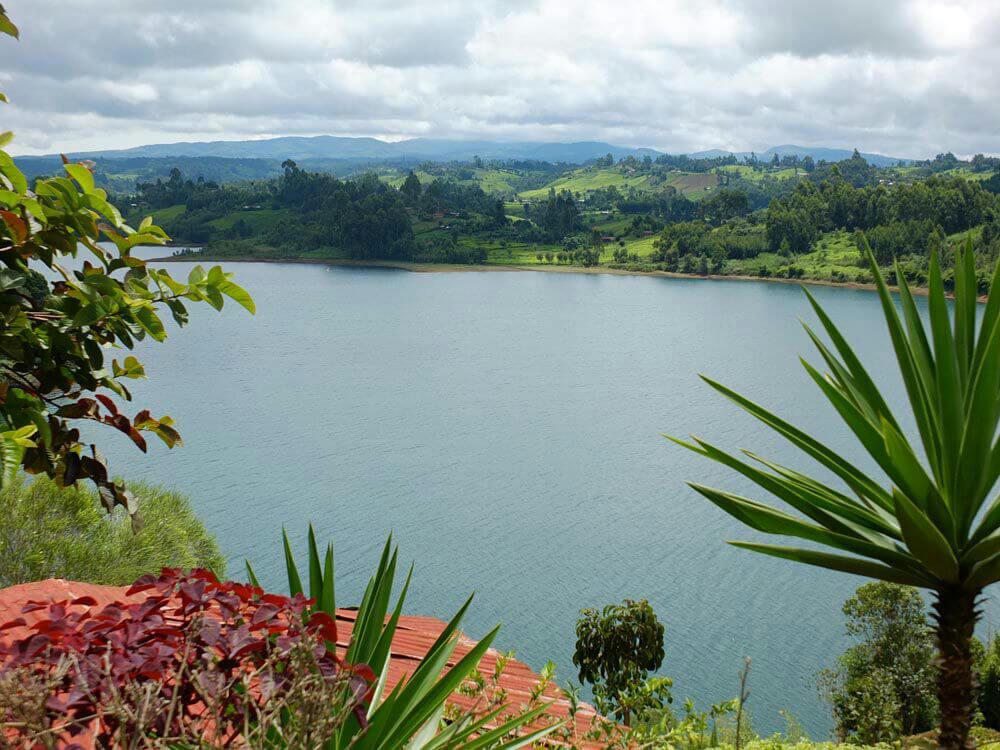 Ndakaini Stausee und im Hintergrund die Berge des Aberdare Nationalparks
