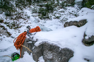 Eisklettern Ausrüstung mit Helm, Seil und Eisgerät