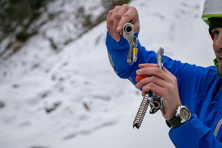 Bergführer Mathias erklärt eine Eisschraube
