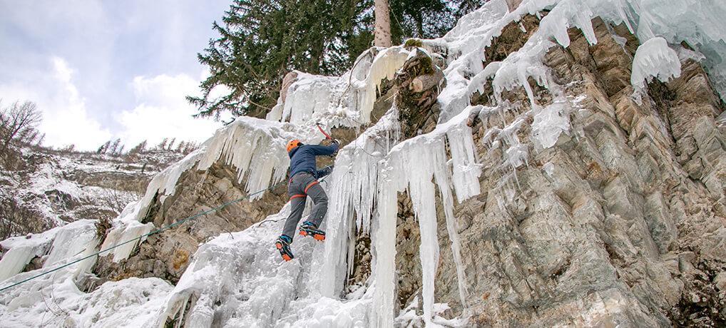 Flo beim Klettern im Eispark Osttirol