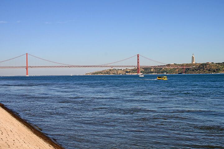 Brücke des 25. April - mit der nachfolgenden Sehenswürdigkeit gleich rechts im Bild