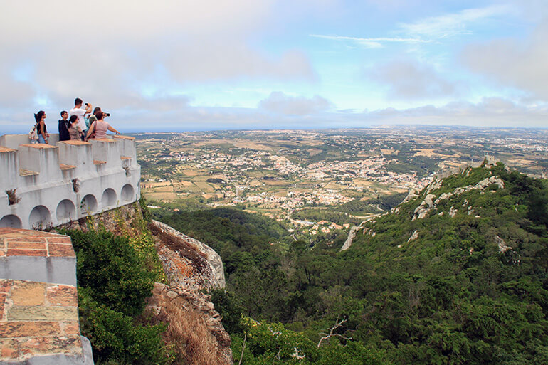 Aussichtsplattform mit Blick auf die Umgebung von Sintra.