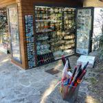 Souvenirstand mit Schwertern und anderen Waffen in San Marino