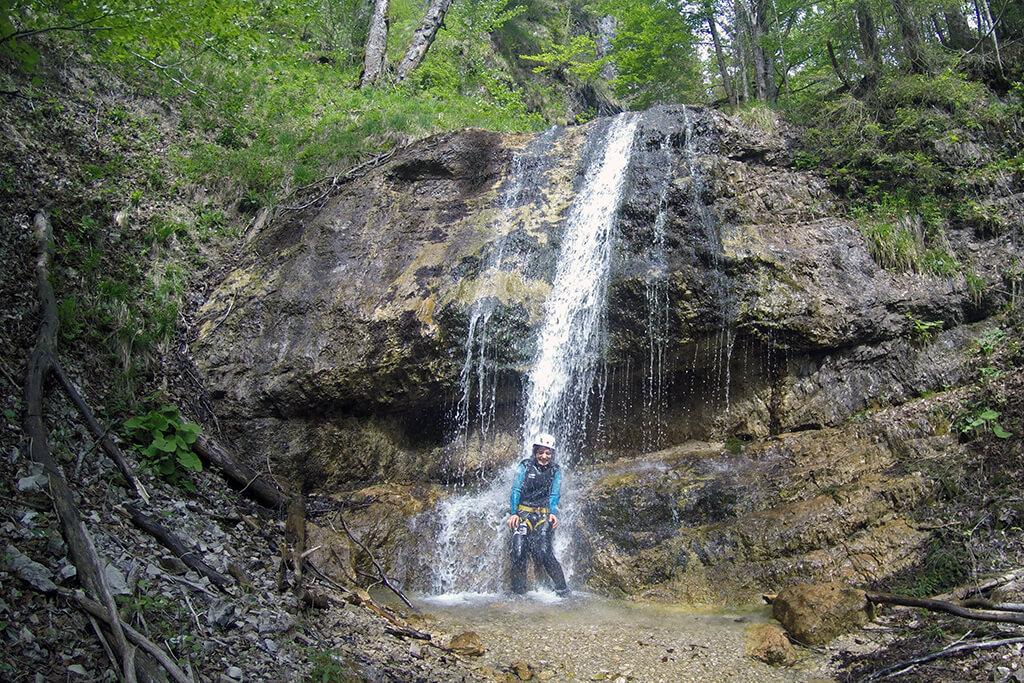 Wasserfalldusche während Canyoning Tour im Gesäuse