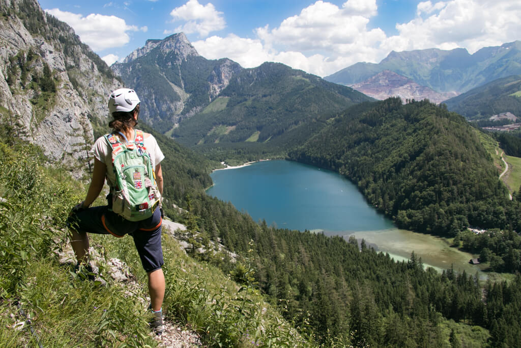 Cori am Klettersteig über dem Leopoldsteinersee