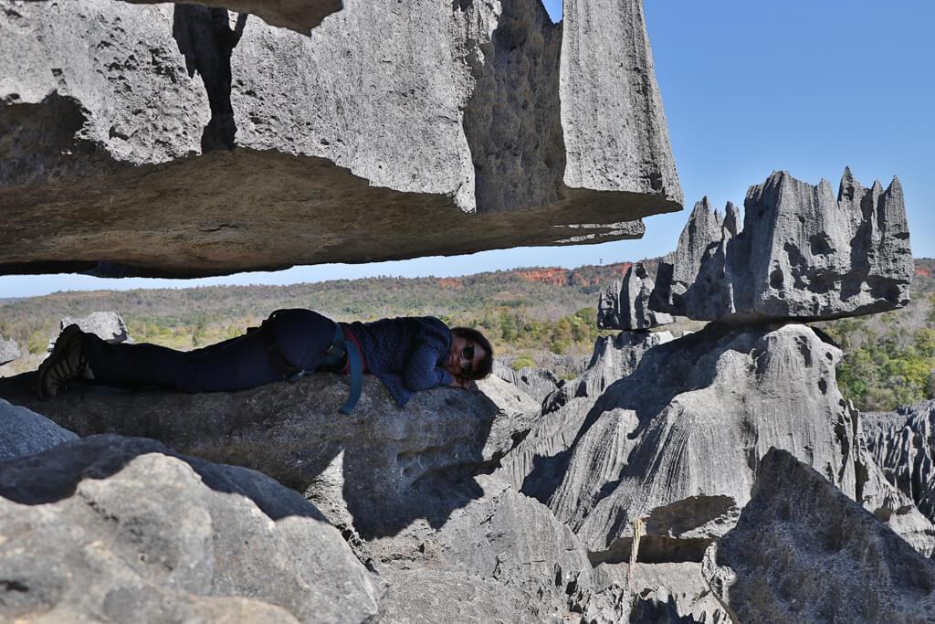 Cori sucht Schatten im Tsingy de Bemaraha Nationalpark