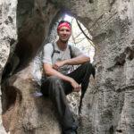 Flo beim Durchklettern eines Felsenlochs im kleinen Tsingy