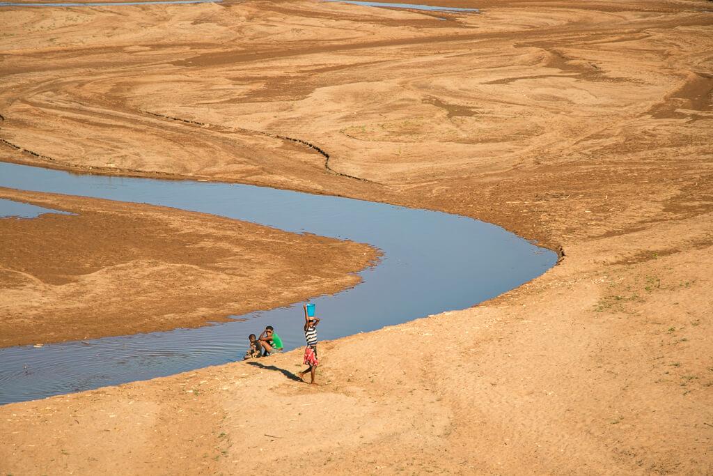 Wasser holen aus Fluss Tsiribihina