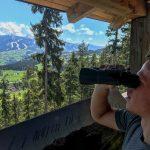 Fernglas schauen am Naturlehrpfad am Sattelberg