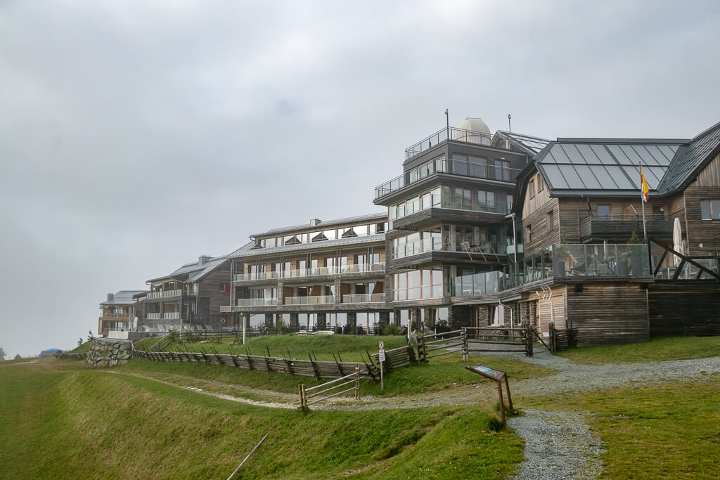 Das Alpinhotel Pacheiner mit der hoteleigenen Sternwarte am Dach