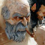 Geschnitzte Holzmasken vom Kunsthandwerker