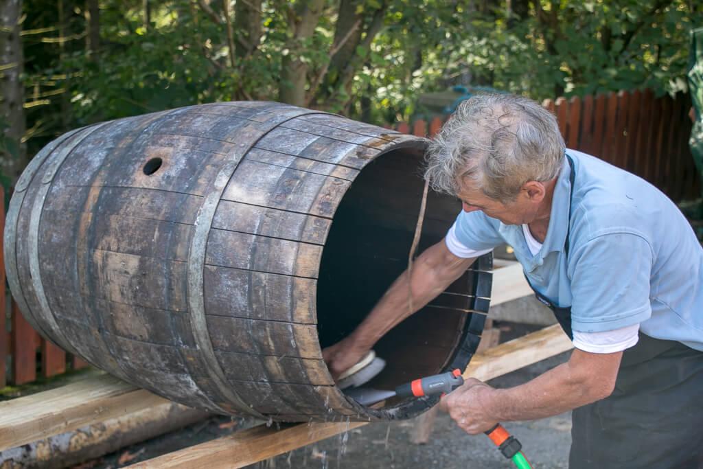 Karl Krenn beim Reinigen der Barrique-Fässer