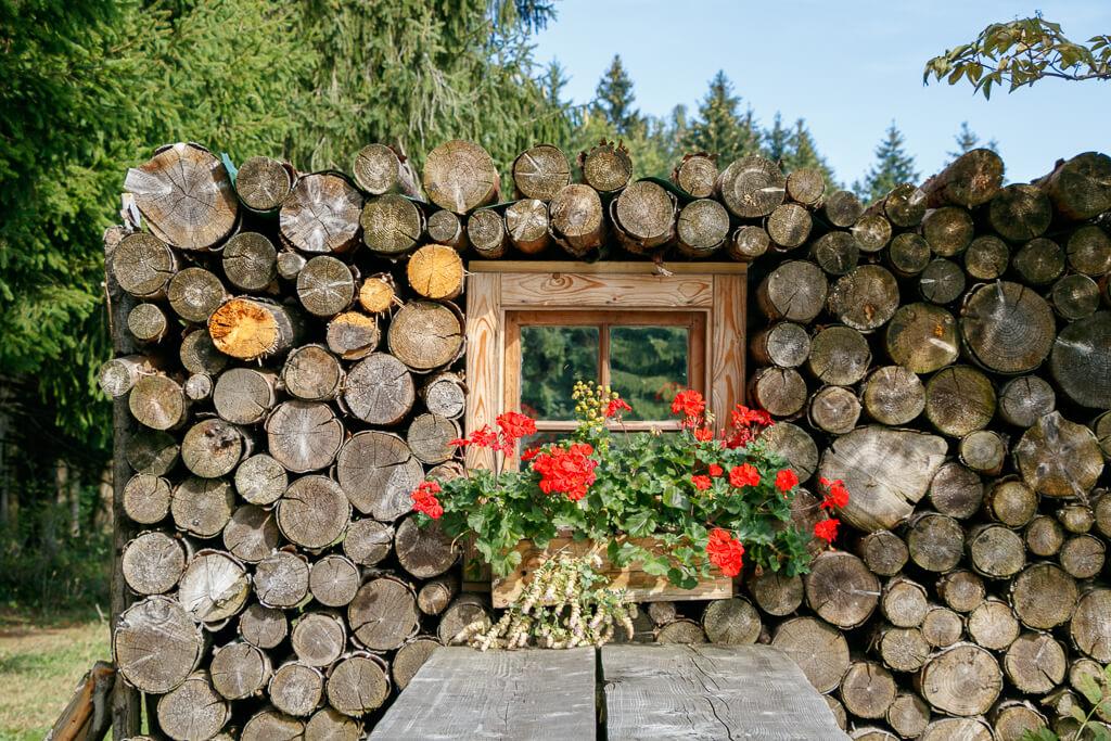 Fenster im Holzstapel auf der Dichtlalm