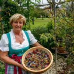 Johanna Krenn mit ihren getrockneten Kräutern