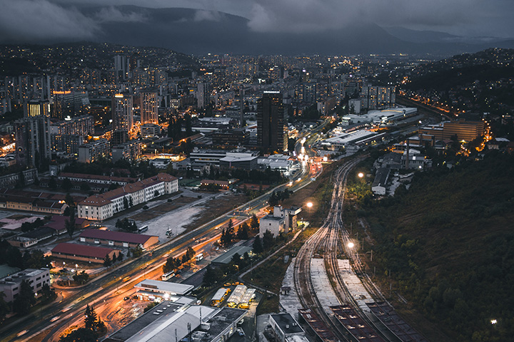 Sarajevo bei Nacht. photo credit: Natalya Letunova via unsplash