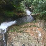 Am Wasserfall Chorros de las Campanas gehts steil hinab
