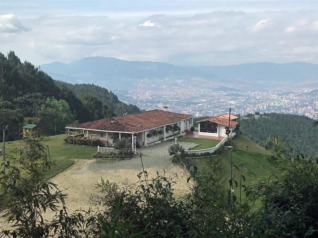 Blick vom Wanderweg bei La Catedral auf Medellin