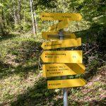 Wanderschilder weisen den Weg zum Brustwand Klettersteig