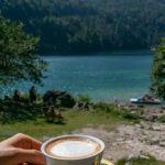 Cappuccino um 2 Euro direkt am Lago del Predil See genießen.