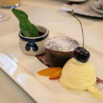 Schokotörtchen mit Vanilleeis und Beerenragout im Landgasthof Spreitzhofer